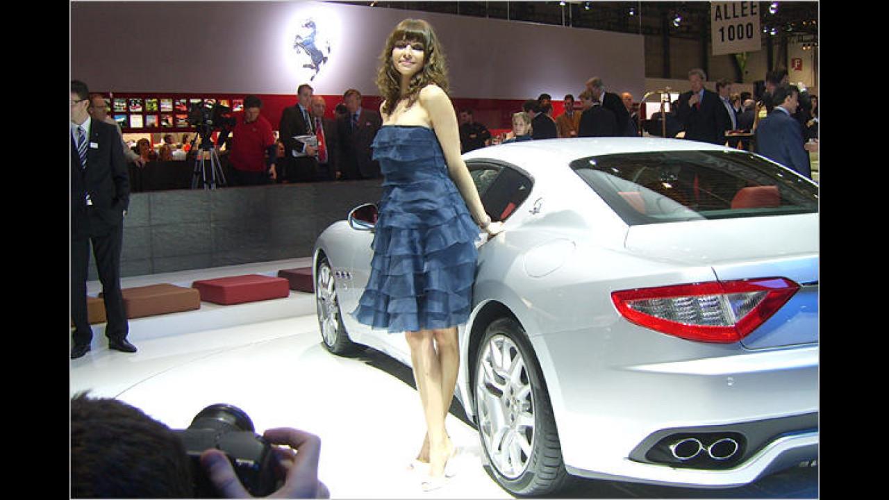 Berufsrisiko: Wenn frau sich zu nah an große Autos stellt, kann sie sich schon mal den Rock einklemmen