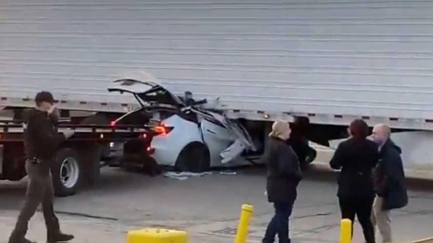 La Tesla finisce (di nuovo) sotto un camion: colpa dell'Autopilot o no?