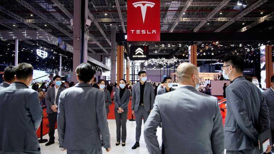 Fuoriprogramma al Salone di Shanghai: donna inveisce contro Tesla