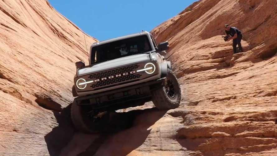 Ford Bronco mostra valentia off-road subindo trilha de marcha ré