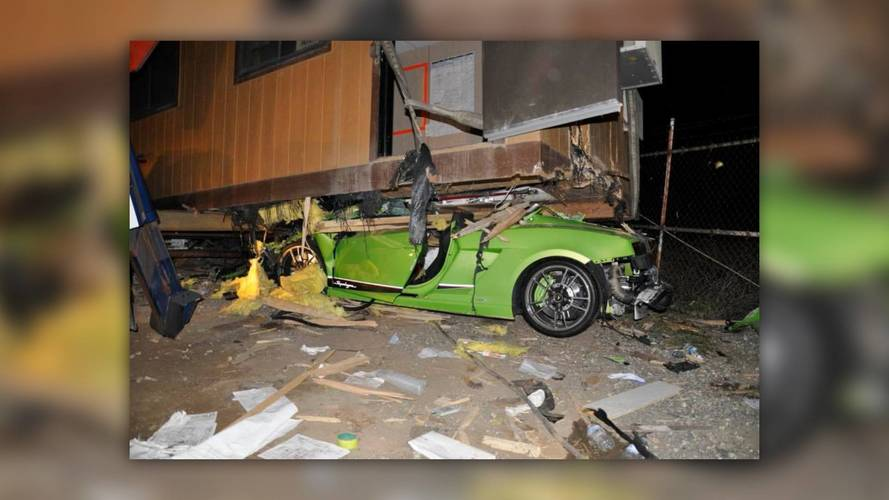 Konténerház alá szorult az ittas vezető által hajtott Lamborghini Gallardo