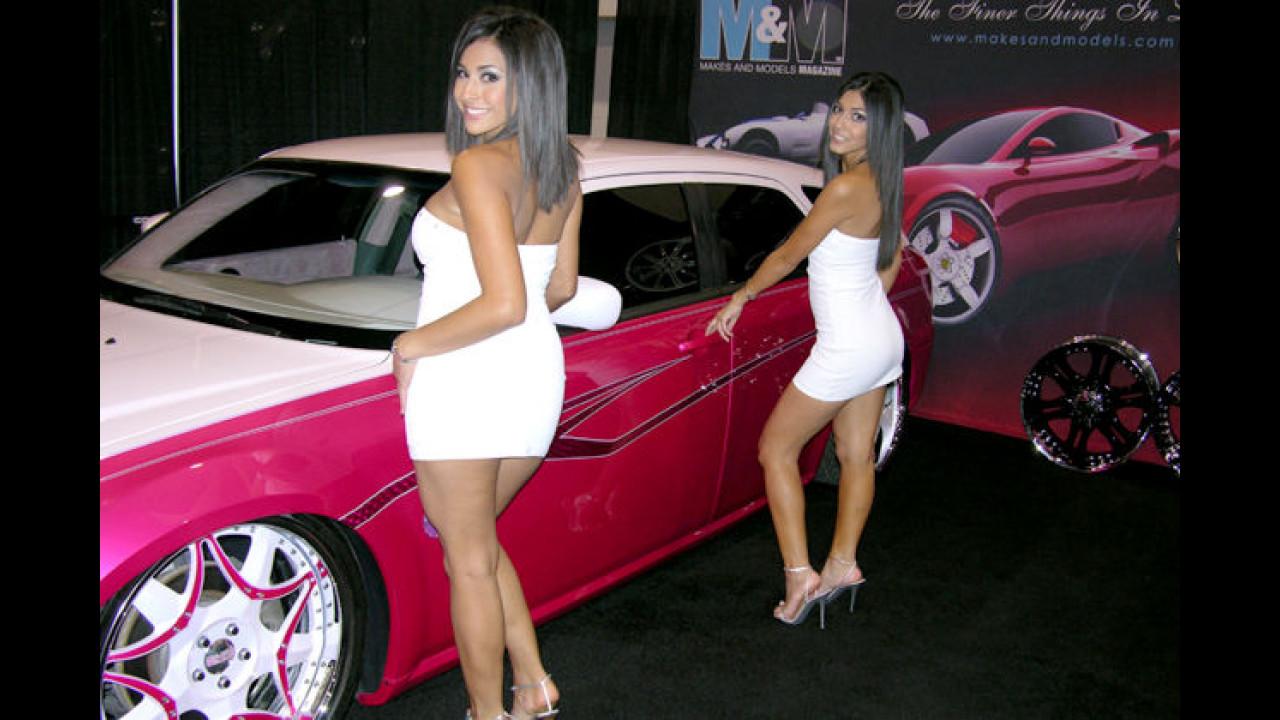 Na, ob die beiden Autowäscherinnen da nicht einen Fleck auf der Motorhaube übersehen haben?