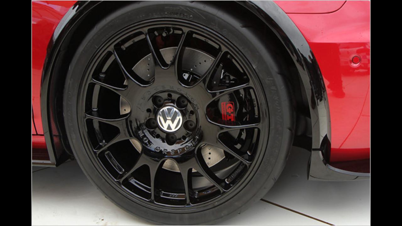 Die Felgen sind in Schwarz gehalten, auf den Bremssätteln gibt`s ein rotes GTI-Logo