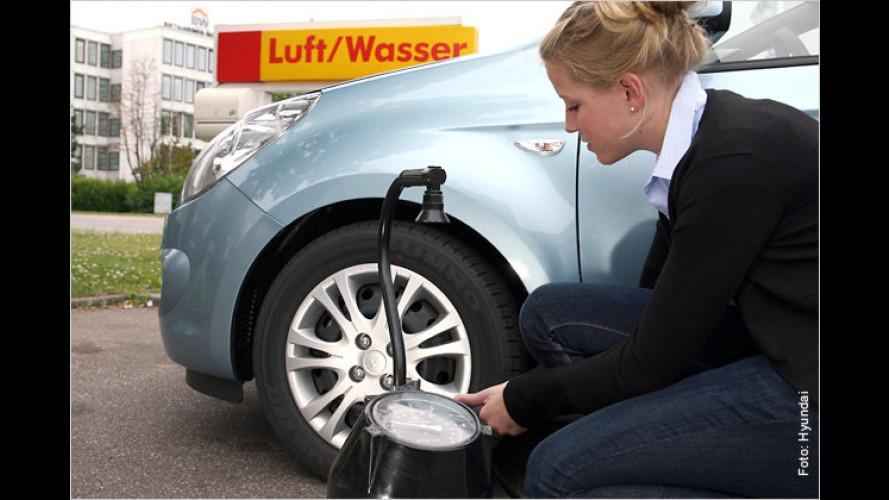 Richtiger Druck: Bei Urlaubsstart Reifen überprüfen