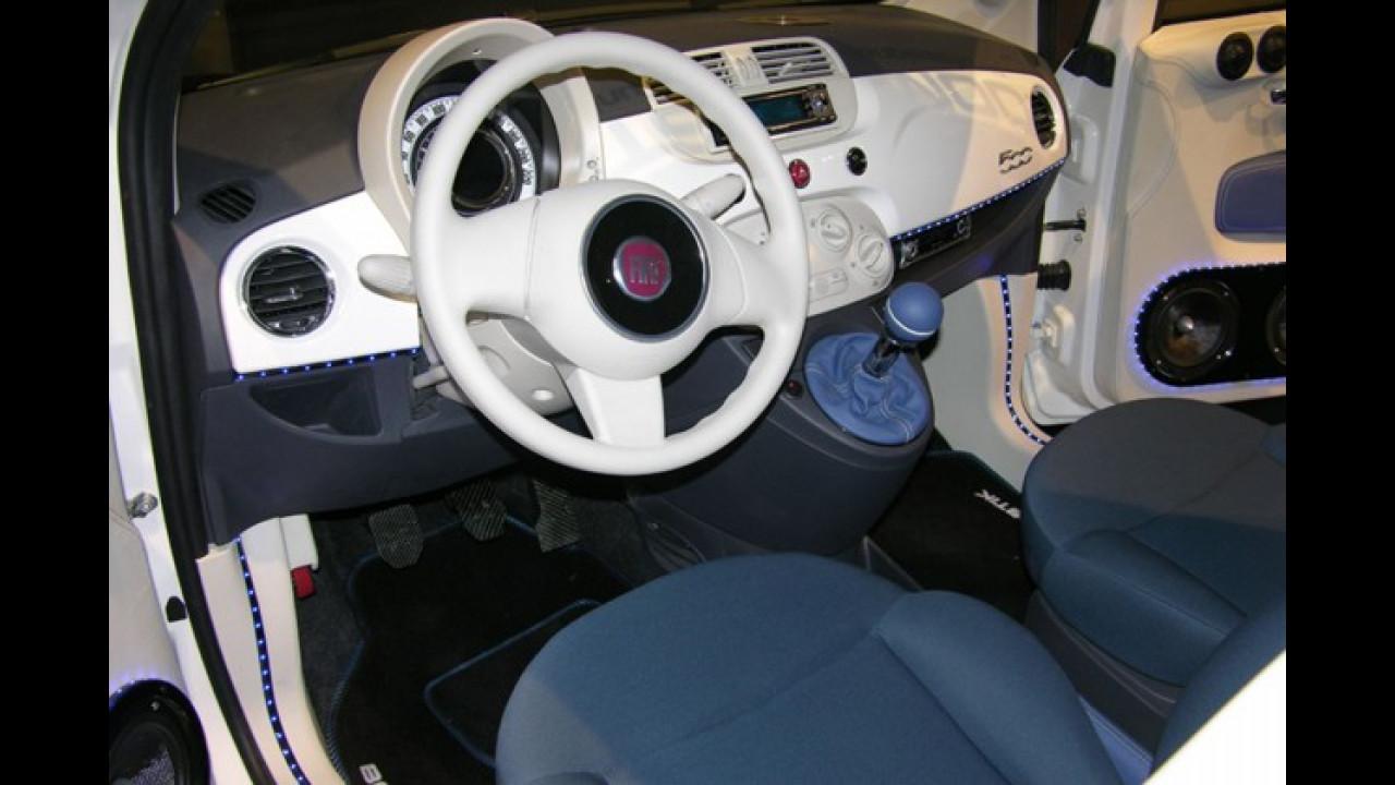 Lichtschläuche und viel Weiß auch im Inneren des Fiat 500