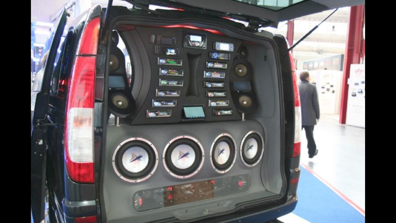 Statt einem Kofferraum findet der Musikfan hinter der Heckklappe diverse Audioanlagen