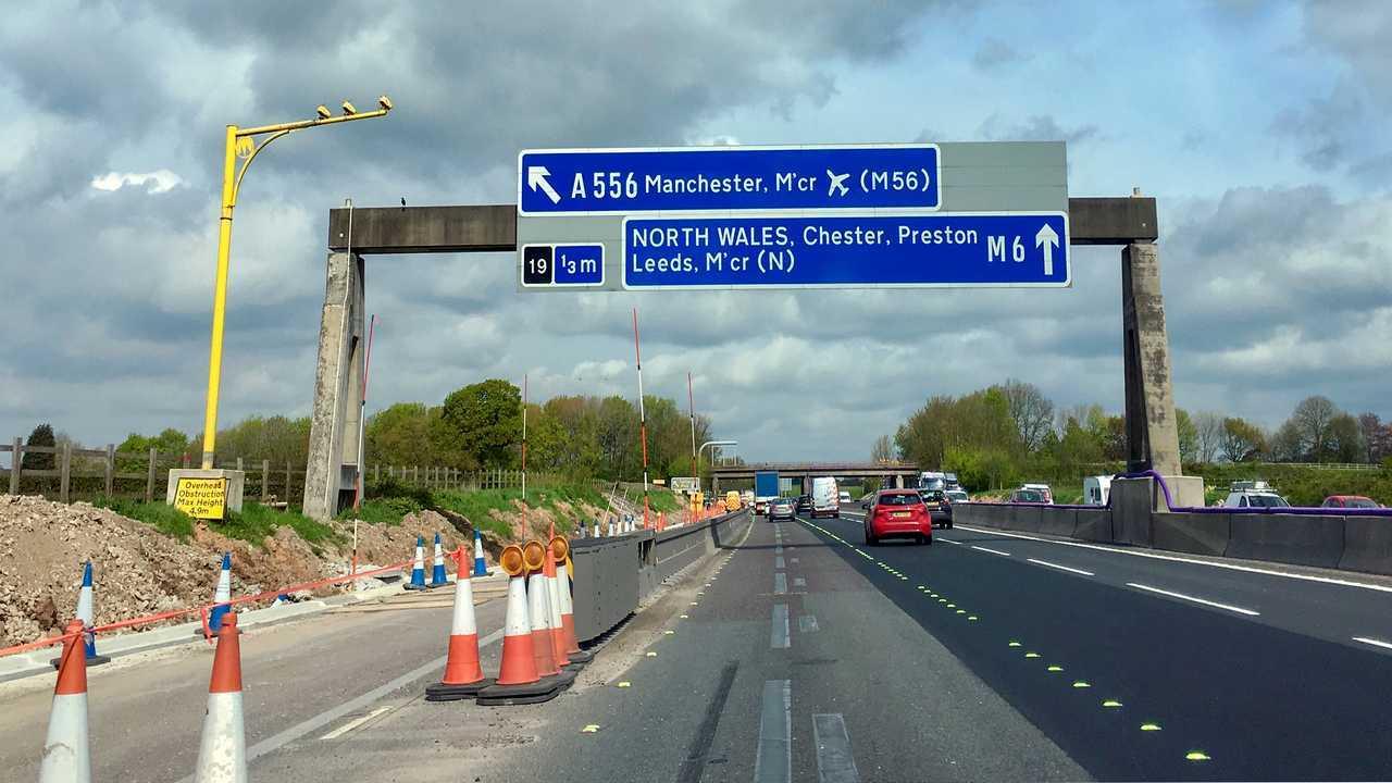 Büyük İngiltere çoklu şeritli otoyolda M6 yol çalışmaları