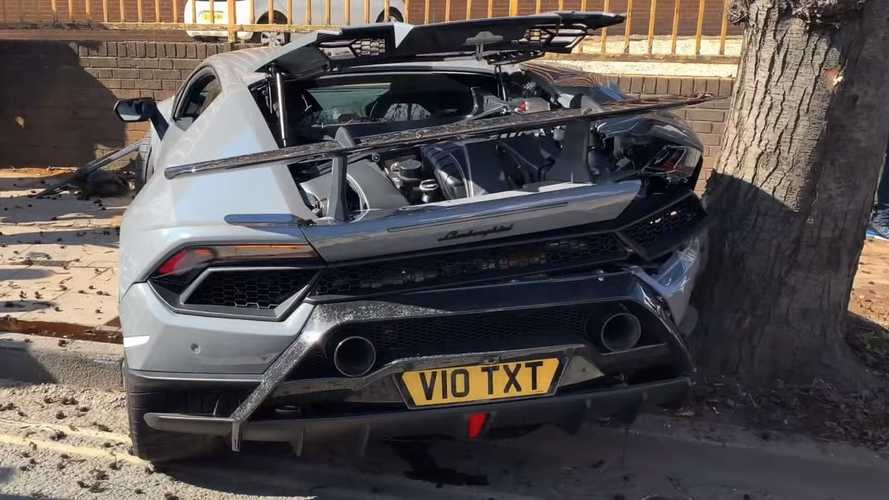 Huracan Performante wrecked at supercar meet in London