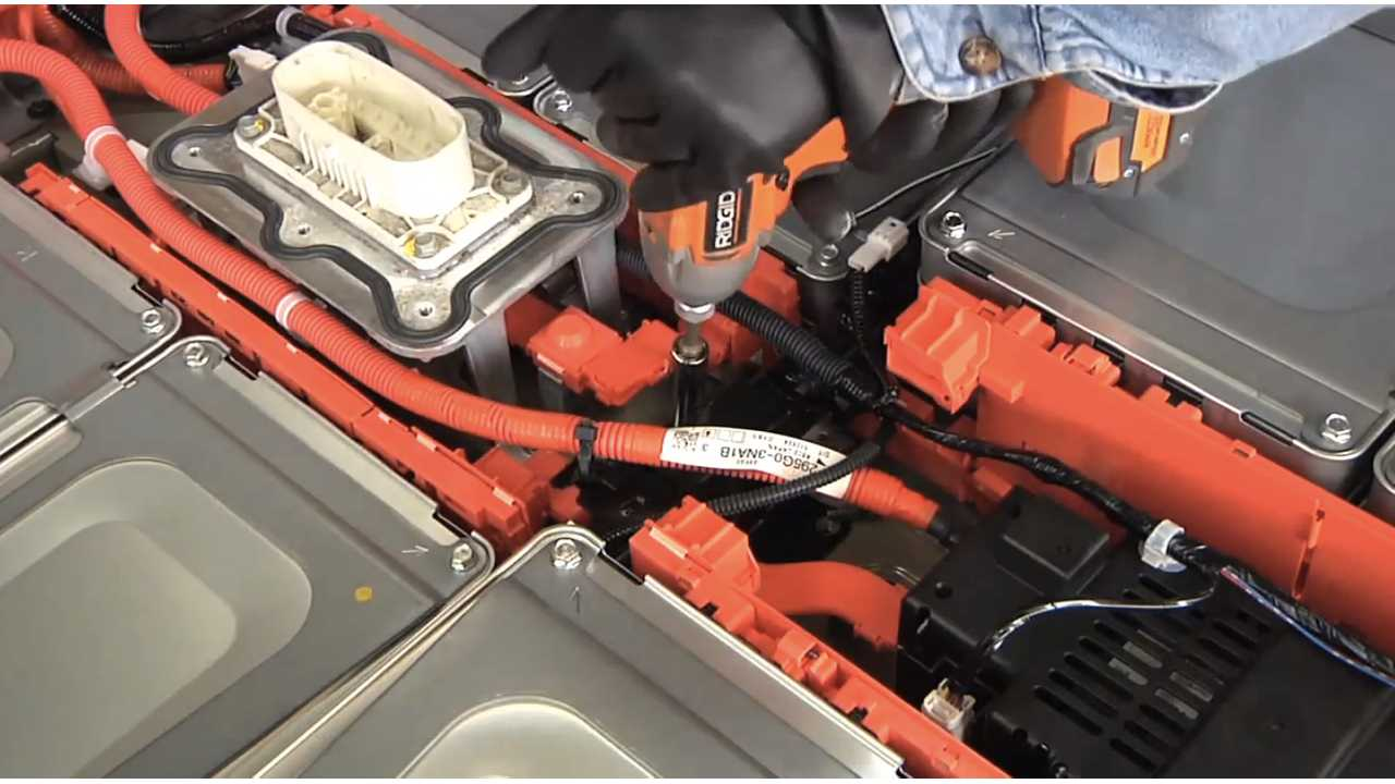Taking Apart A Nissan LEAF Battery Pack - Videos