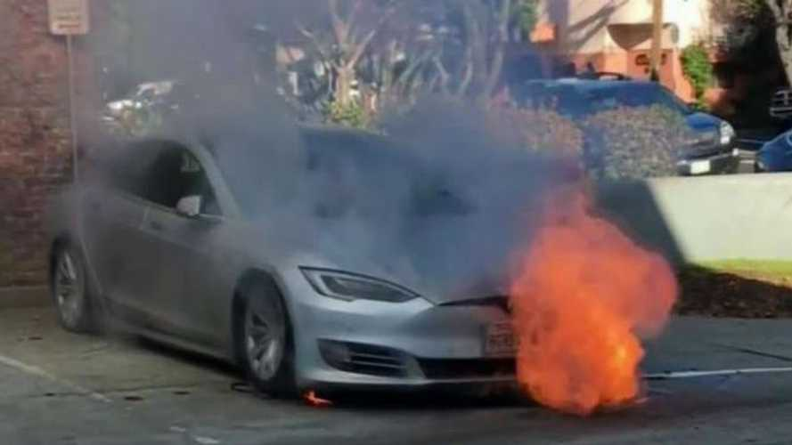 Tesla Model S Fire From Flat Tire & A Tow Truck? Videos