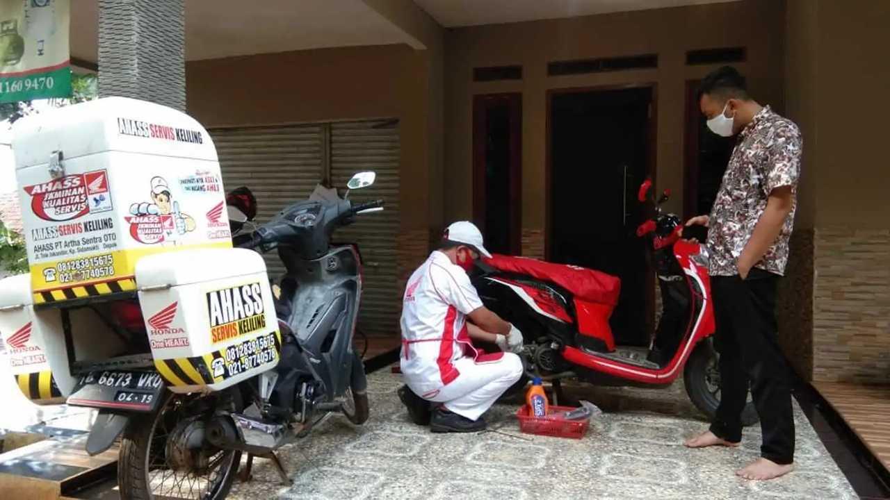 Mekanik Honda lakukan servis di rumah pelanggan.