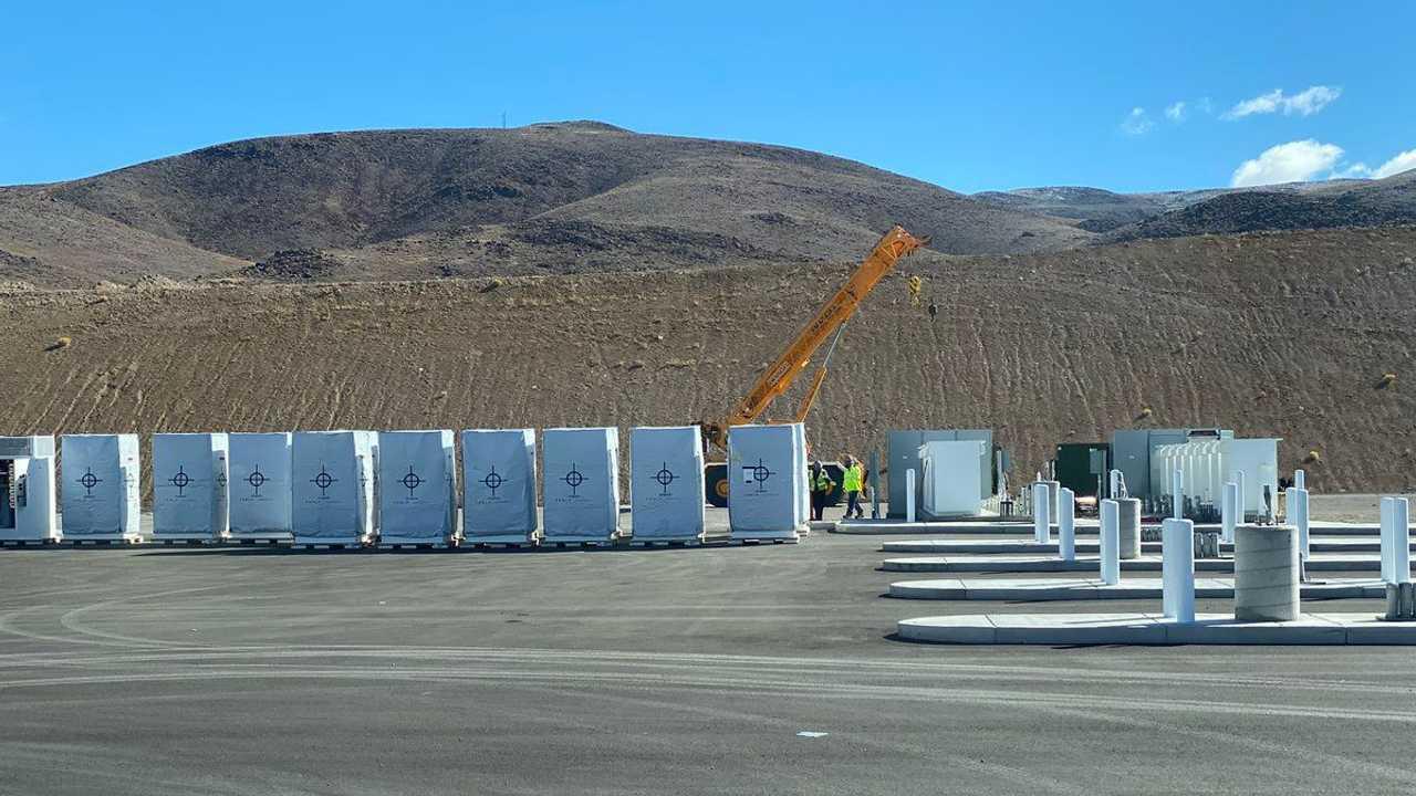 Tesla Megacharger in costruzione presso la Gigafactory Nevada