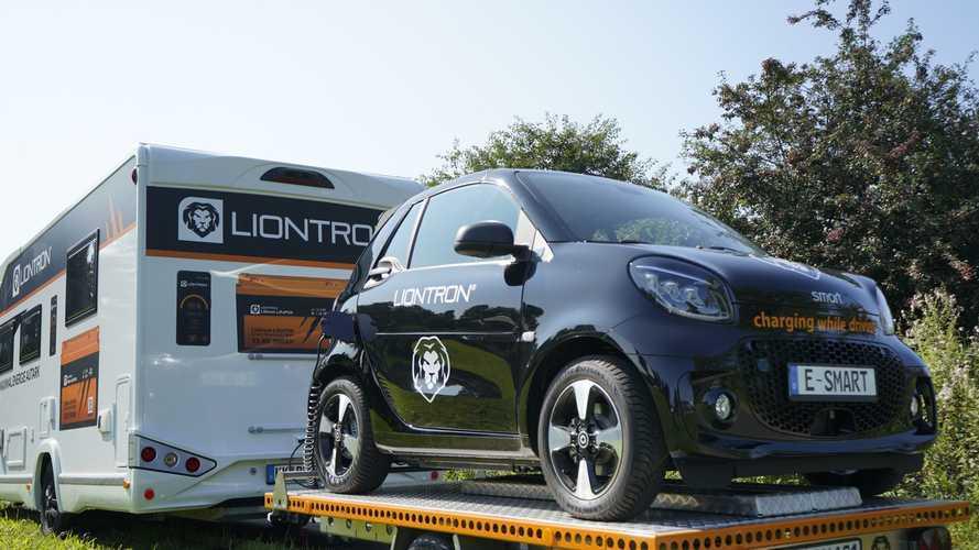 Wohnmobil mit Photovoltaik lädt E-Auto auf Anhänger auf
