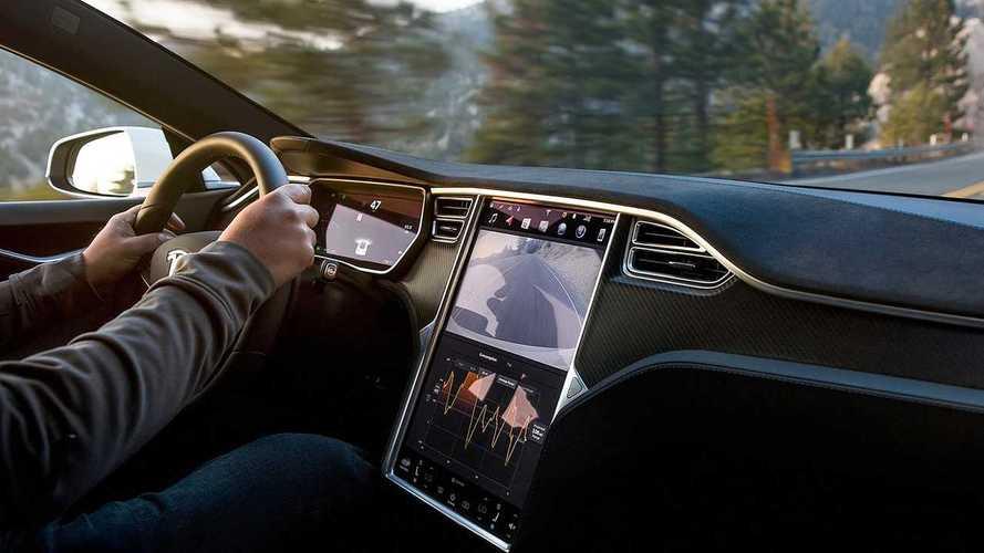 Tesla, petizione per non limitare in Europa le funzioni dell'Autopilot