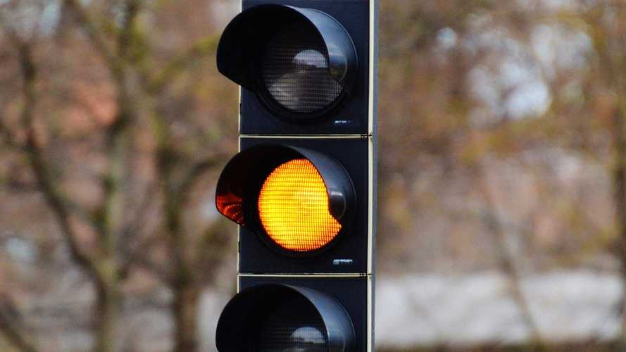 Semaforo giallo, nel nuovo Codice della Strada dura almeno tre secondi