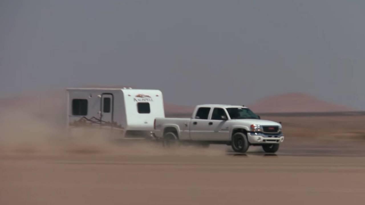 Le GMC Sierra 2500 et sa caravane lancés à près de 230 km/h