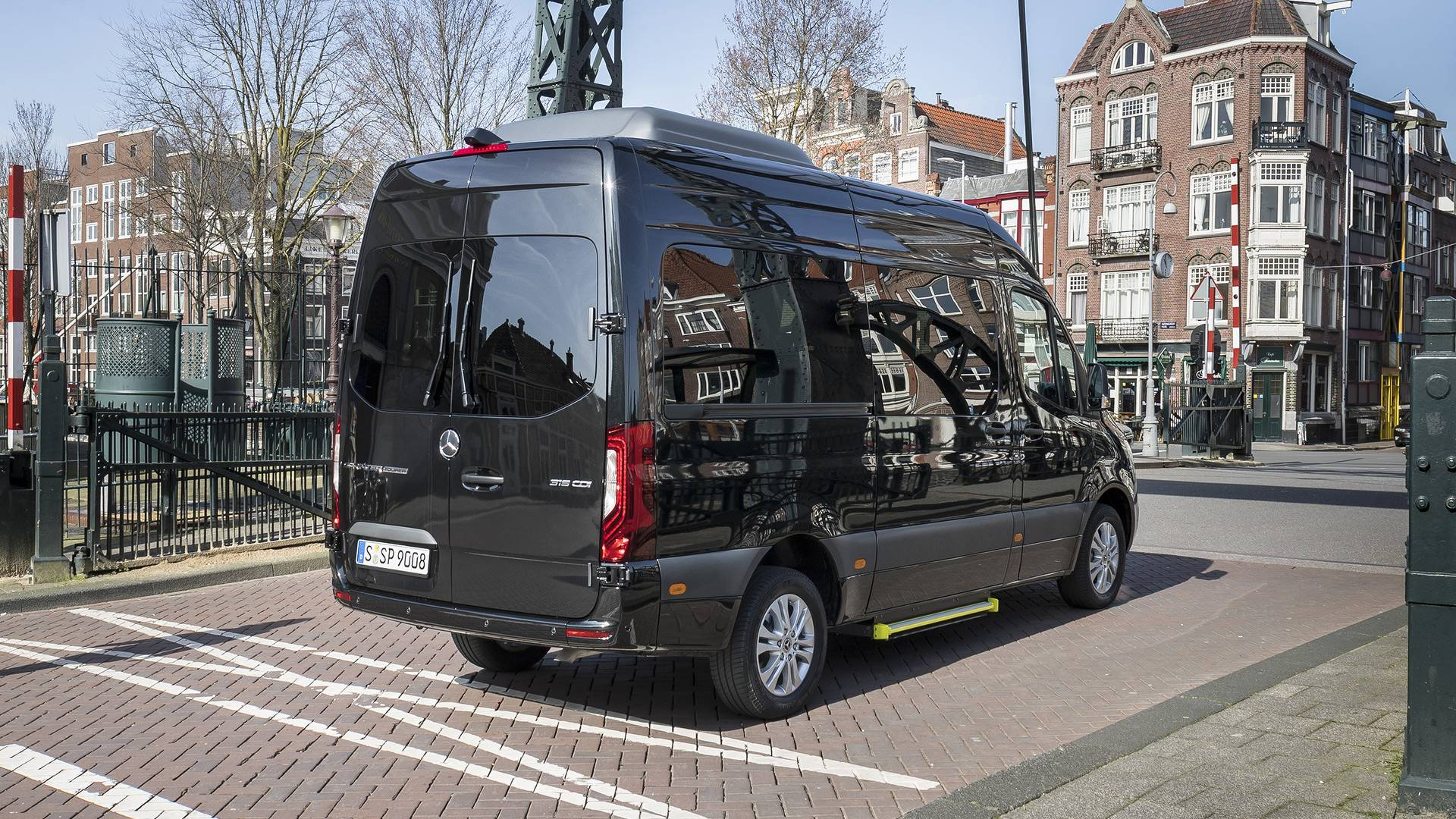 Ford Transit passenger - your reliable assistant in the world of road transport