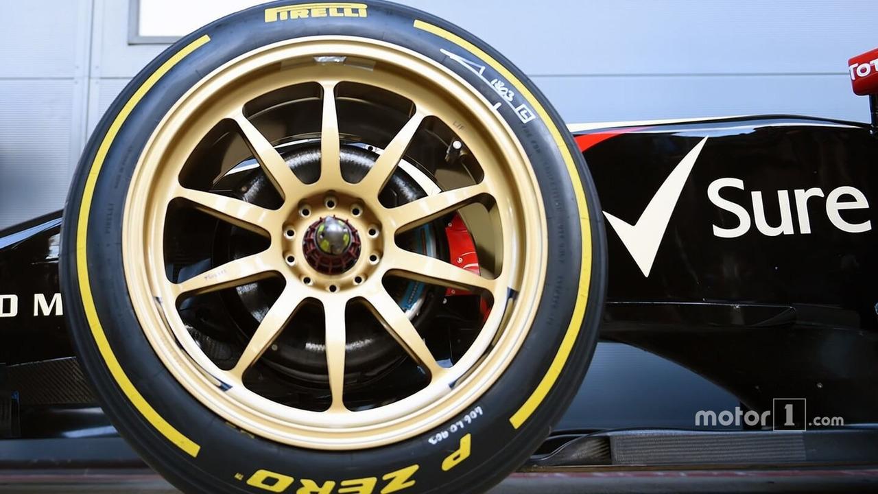 Lotus E22 on 18-inch Pirelli tires