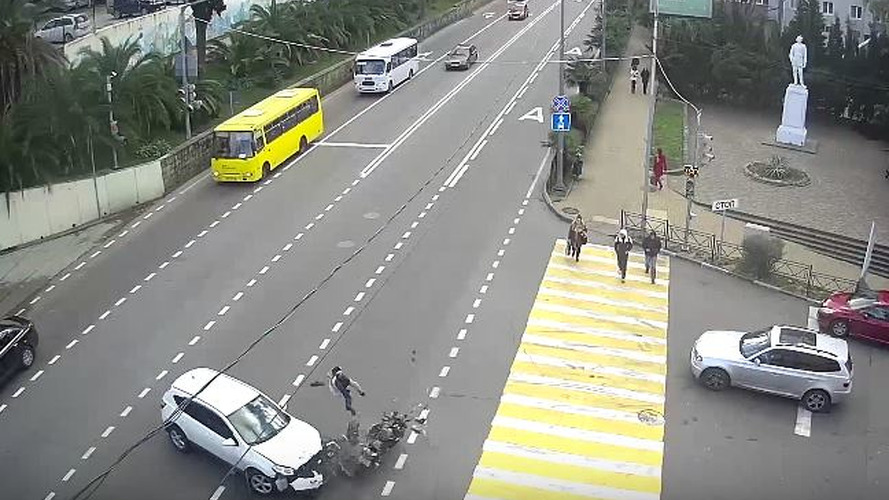 Rus motosikletli, aptal sürücü tarafından az daha öldürülüyordu