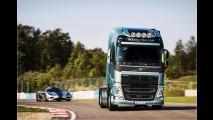 Volvo-LKW vs. Koenigsegg-Sportwagen