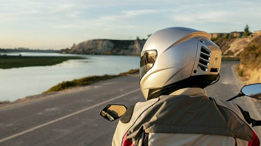 Empresa lança capacete com ar-condicionado para motos
