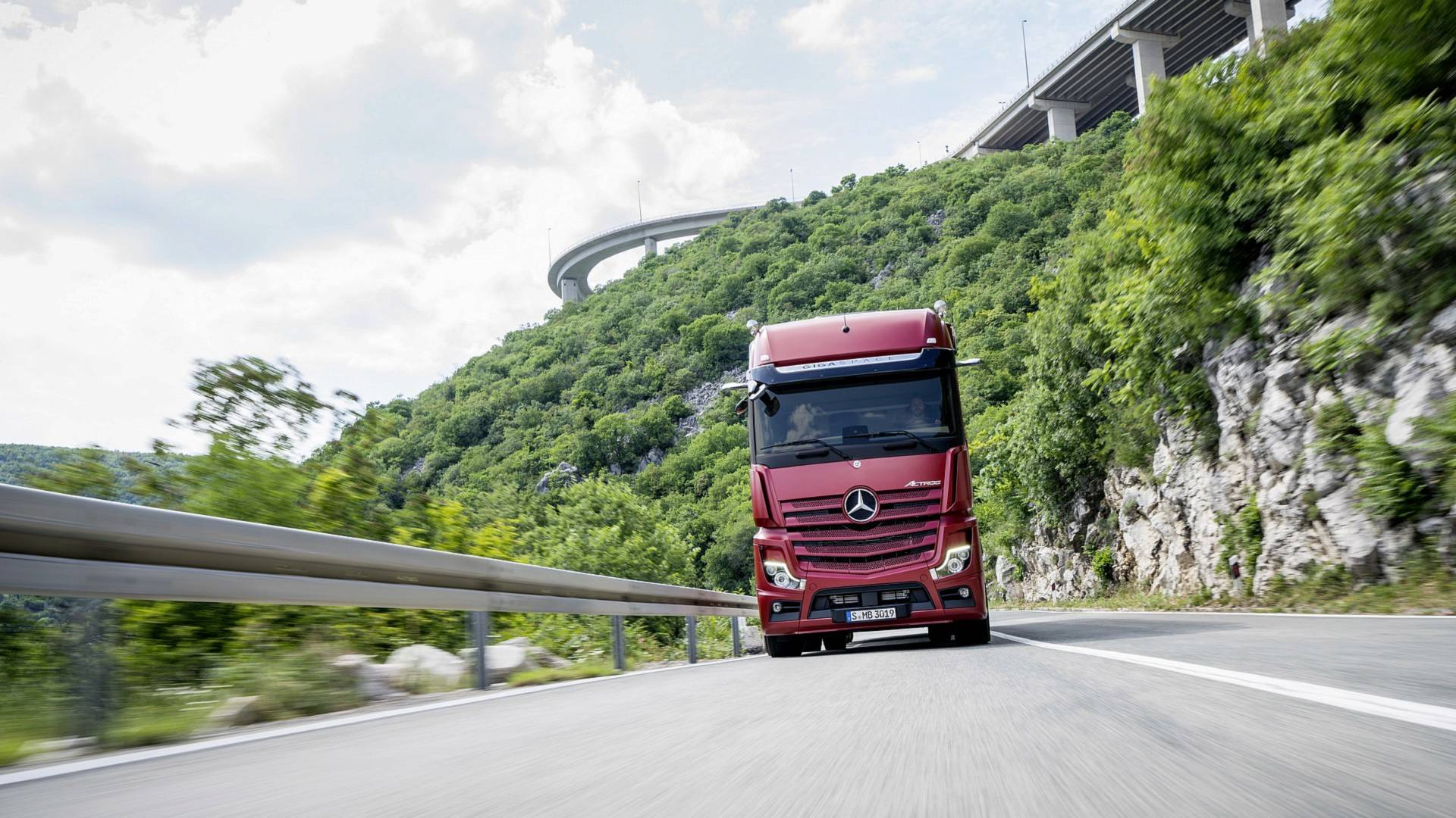 New Mercedes Actros Ditches Conventional Mirrors For Cameras