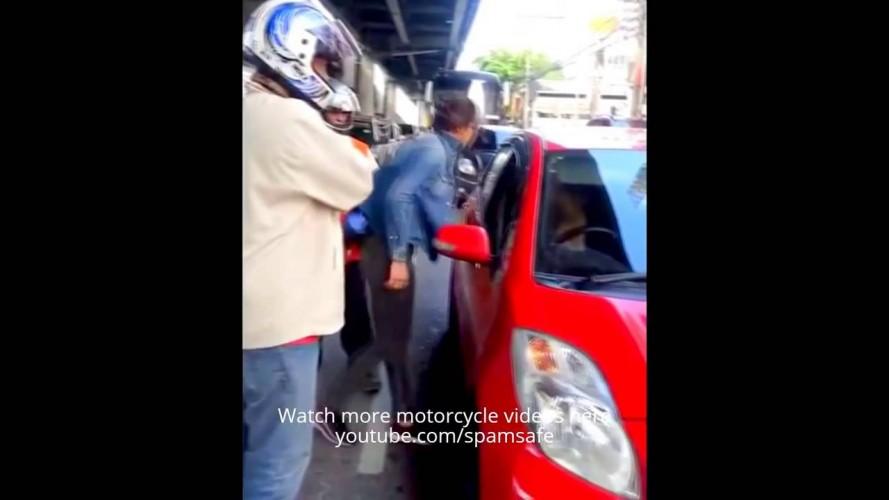 Scooter'lı kız, kadın sürücüyü böyle yumrukladı