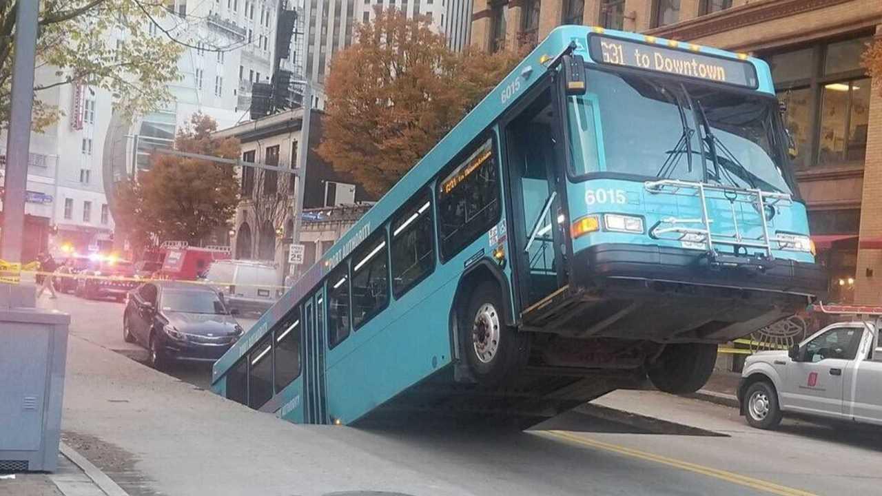 Провал дороги под автобусом
