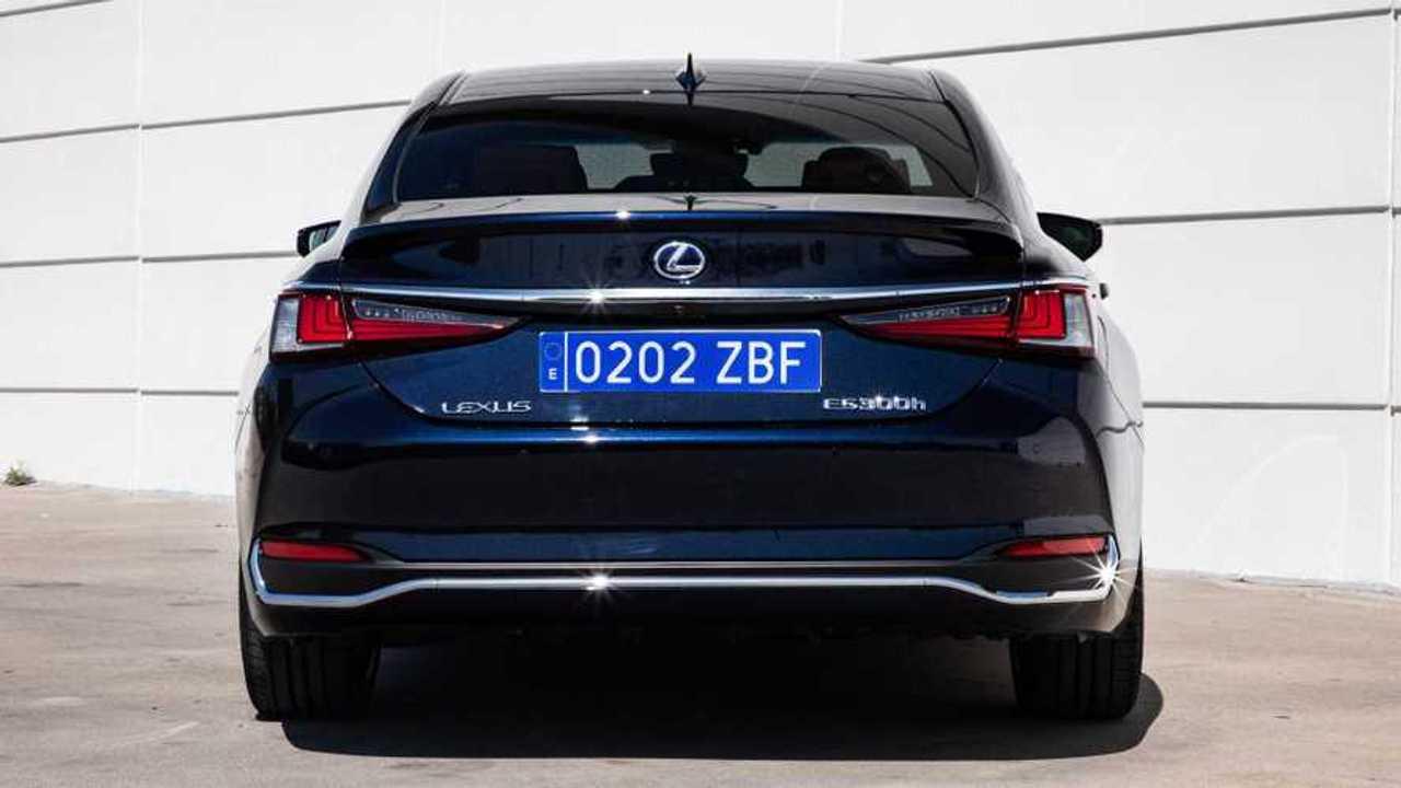 Lexus matrícula azul