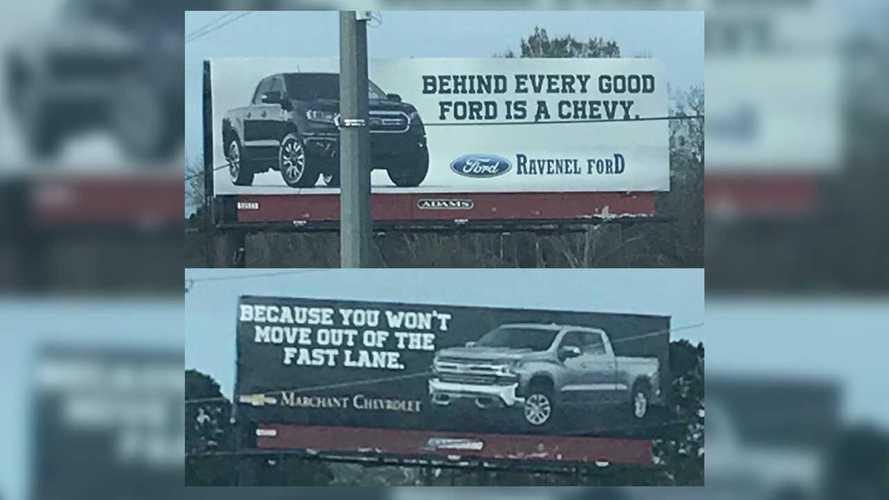 Concessionários Ford e Chevrolet cravam divertida batalha em outdoors