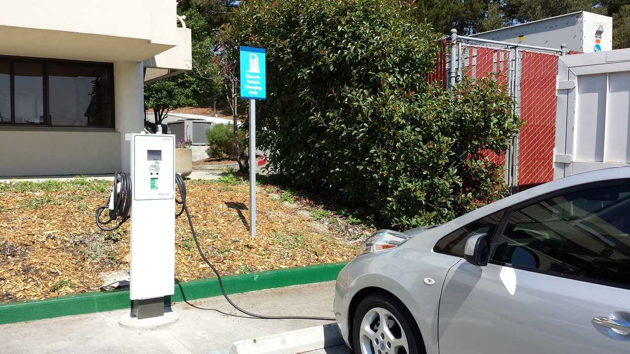 Schneider Electric Teams With ChargePoint On EVlink Cloud Connected Charging Stations