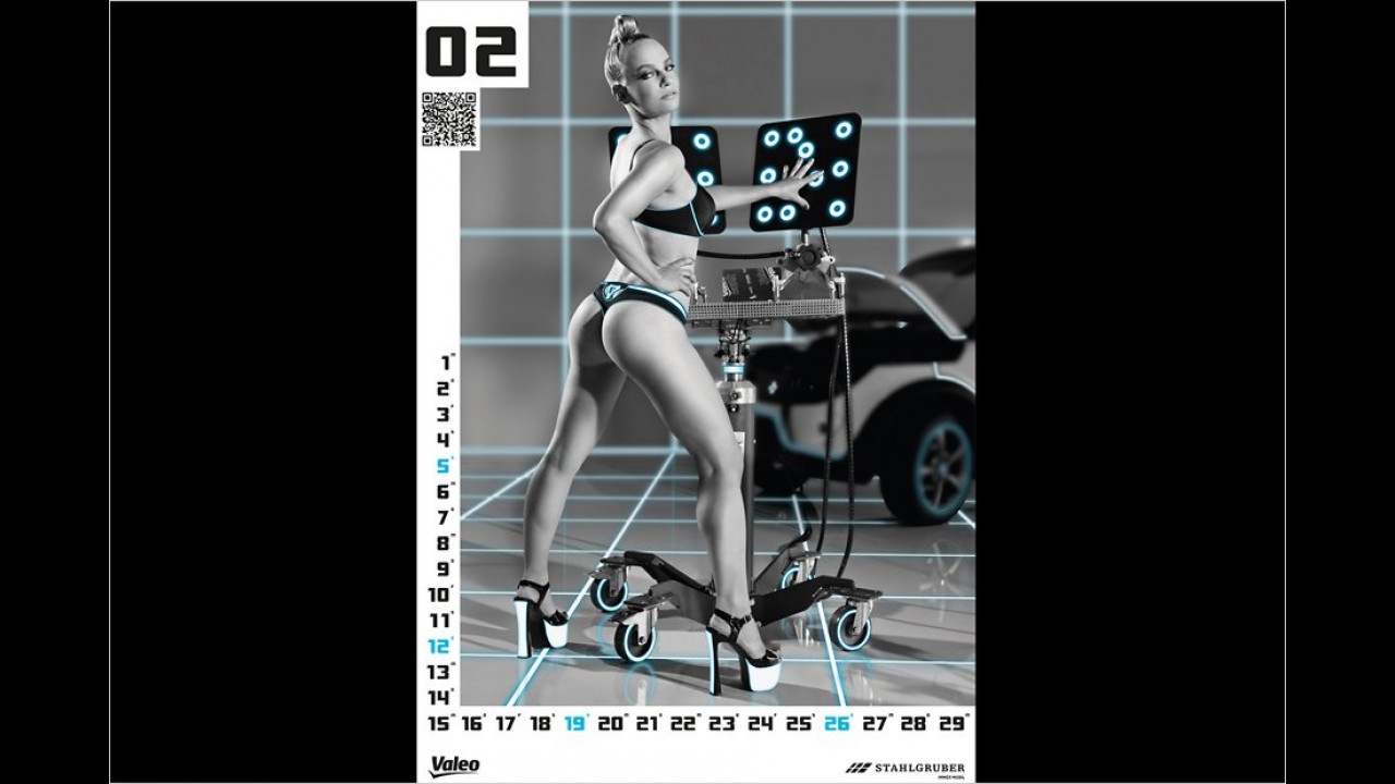 Im März zeigt uns diese blonde Schönheit das Fahrzeug-Analysegerät der Zukunft