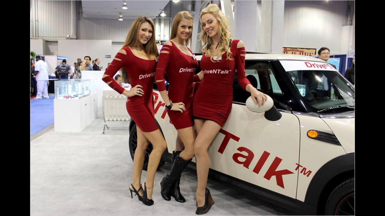 Die Firma DriveNTalk steht eigentlich für sicheres Fahren beim Telefonieren. Wer soll sich aber bei diesen Schönheiten auf den Verkehr konzentrieren können?