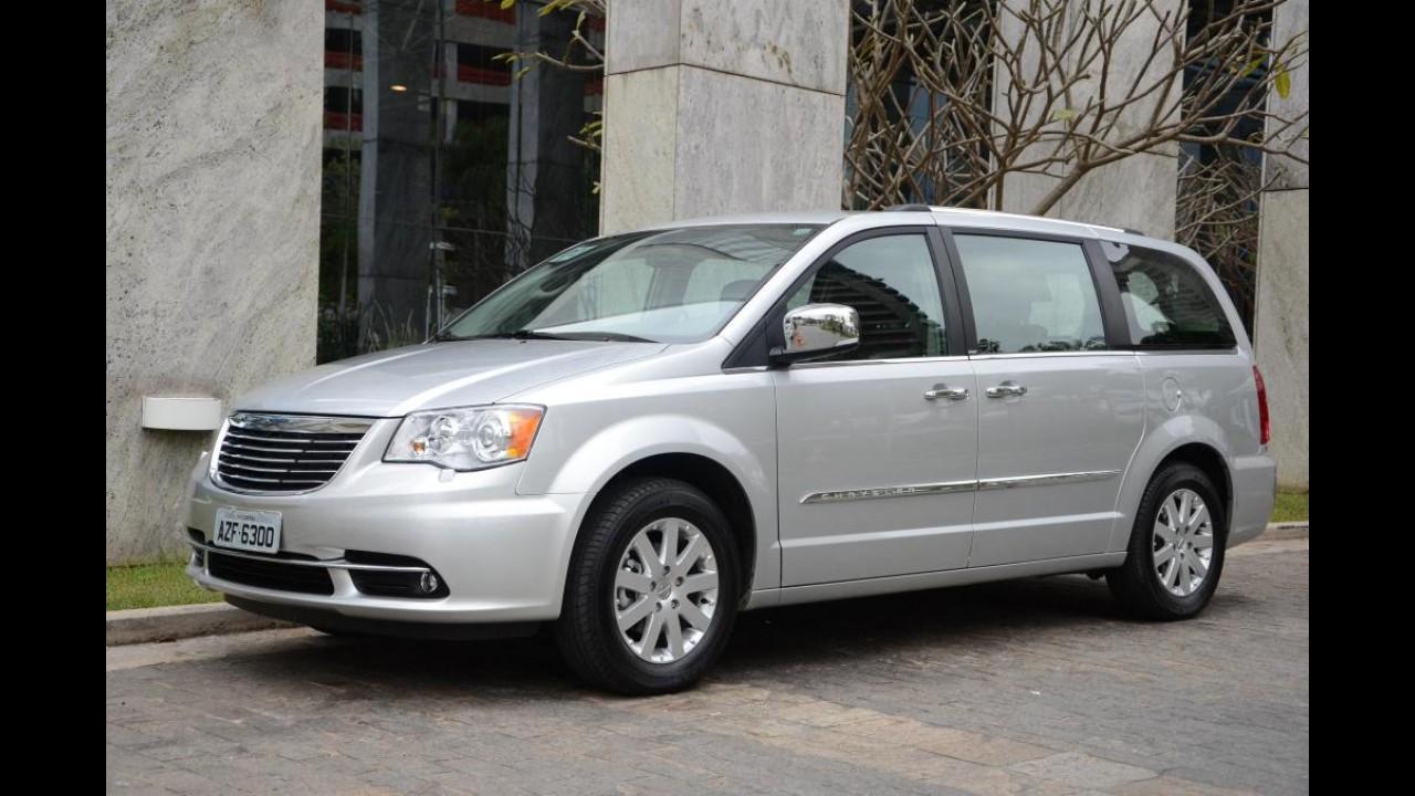 Chrysler lança Town & Country 2012 com retoque visual e novo motor V6 por R$ 173.900