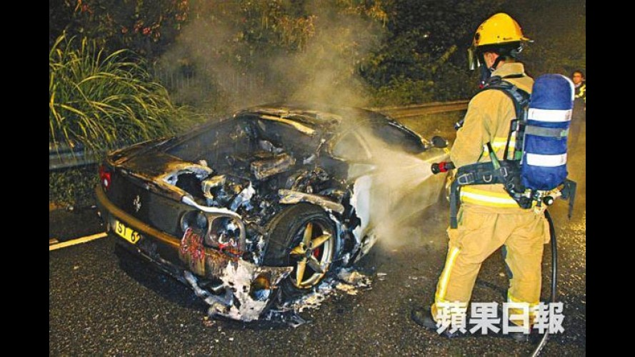Ferrari 360 Modena pega fogo em Hong Kong