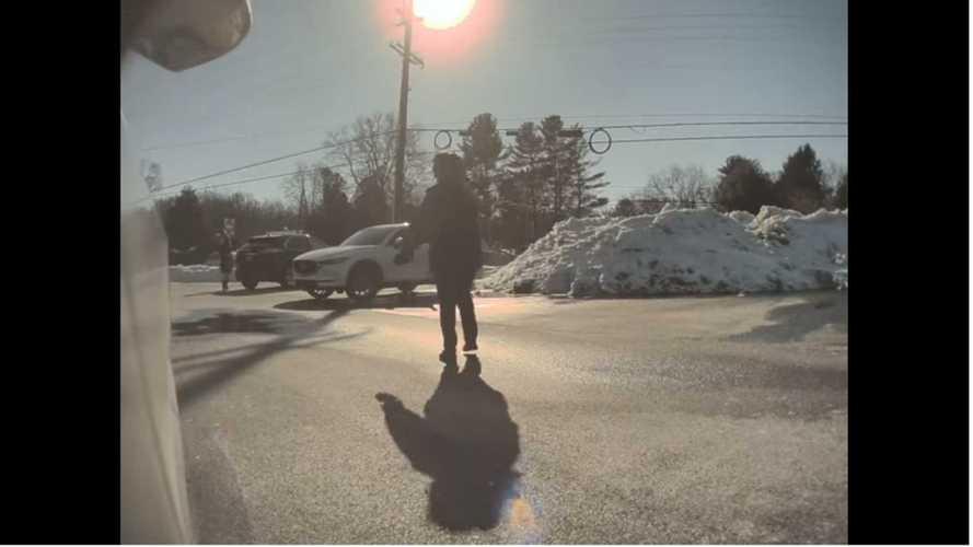 Une courageuse femme court après une Tesla sans conducteur (malaise)