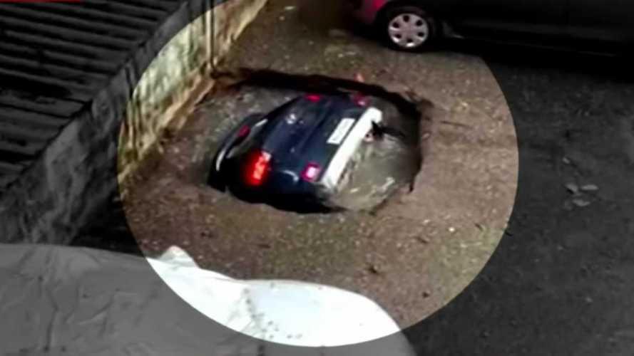 Bu ufacık çukur, bir otomobili yutuyor!