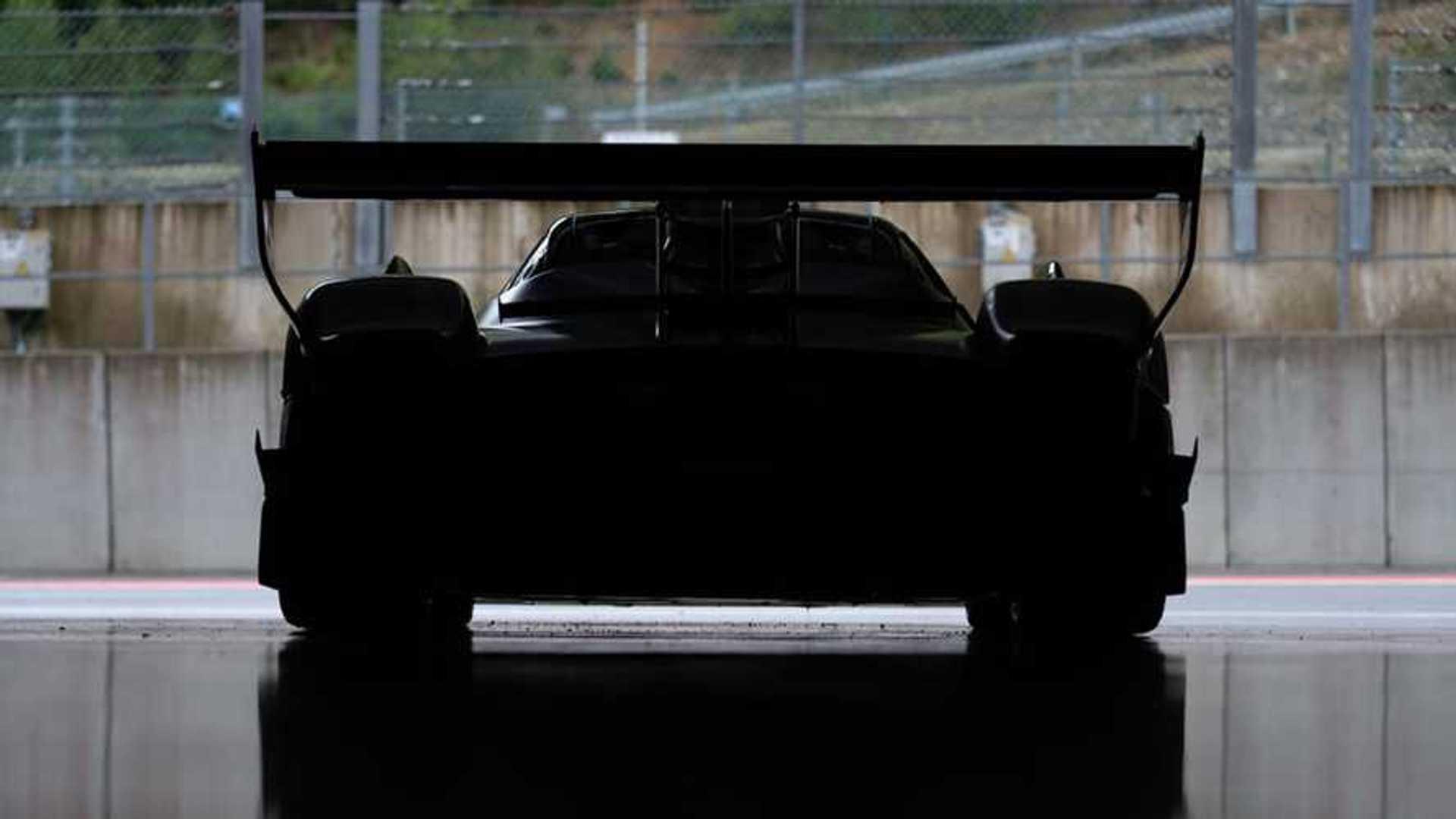 Тизер Pagani Huayra R демонстрирует задний силуэт гусеничного зверя с двигателем V12
