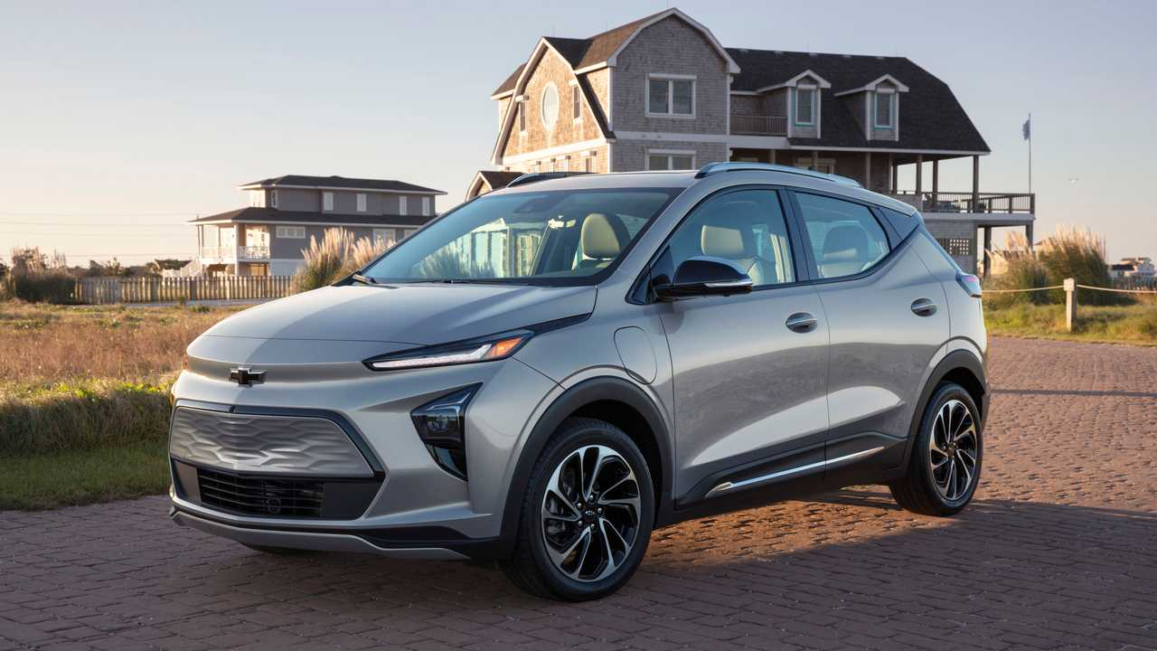 2022 Chevrolet Bolt EUV front quarter