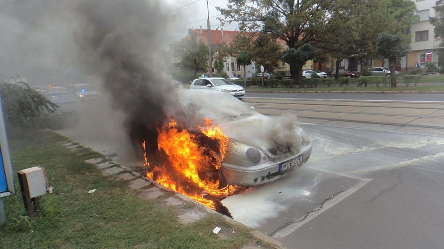 Lángra kapott, majd szinte teljesen kiégett egy autó motortere Debrecenben