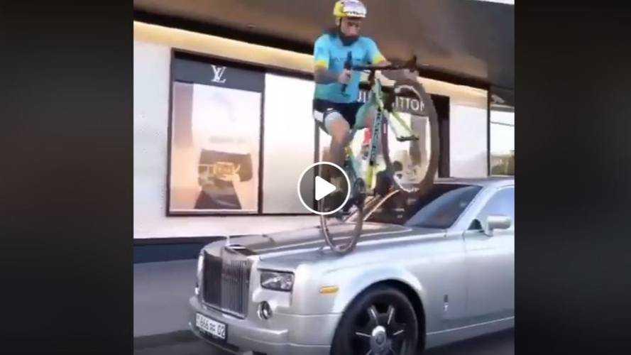 VIDÉO - Un cycliste bondit sur le capot d'une Rolls-Royce