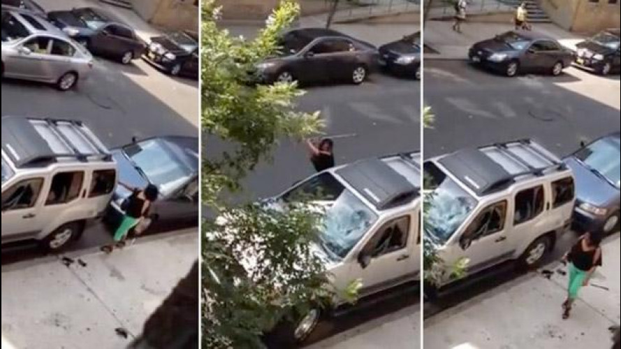 Bronx, una donna distrugge l'auto del marito a mazzate