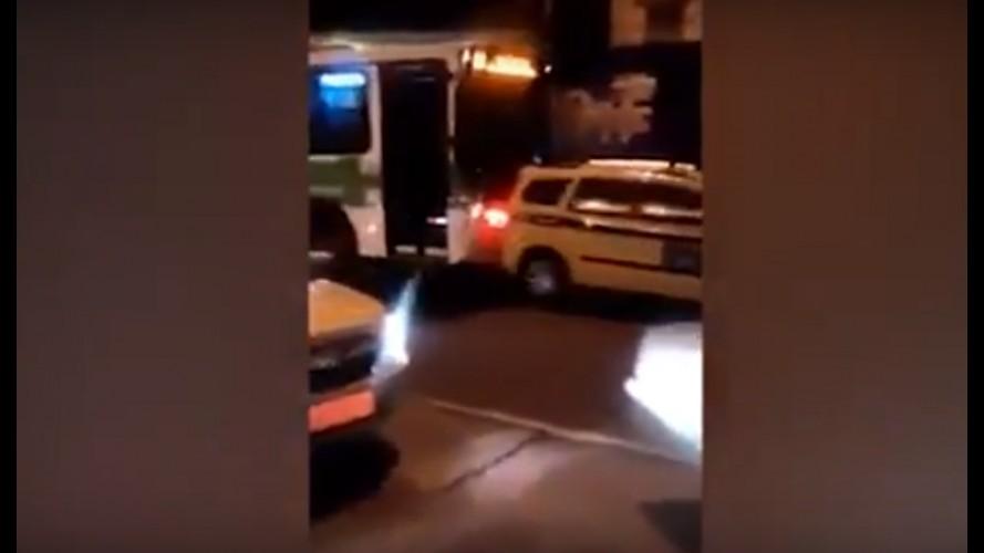 """Vídeo: motorista de ônibus furioso """"empurra"""" táxi no meio da rua no Rio de Janeiro"""