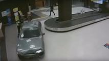 Ivre, il fait le tour de l'aéroport en voiture
