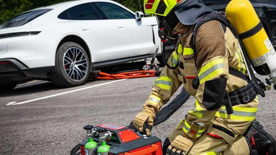Come funziona l'estintore speciale per le batterie delle auto elettriche