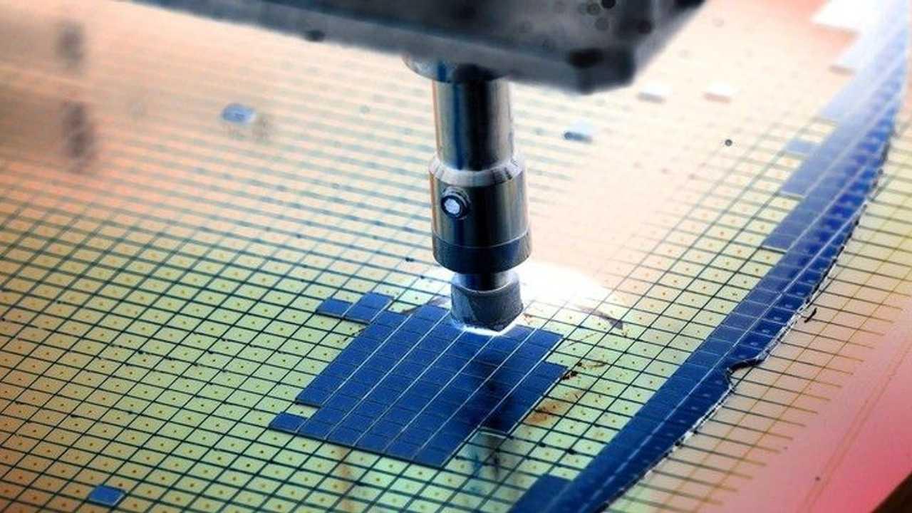 Un dettaglio di un chip durante le fasi di produzione