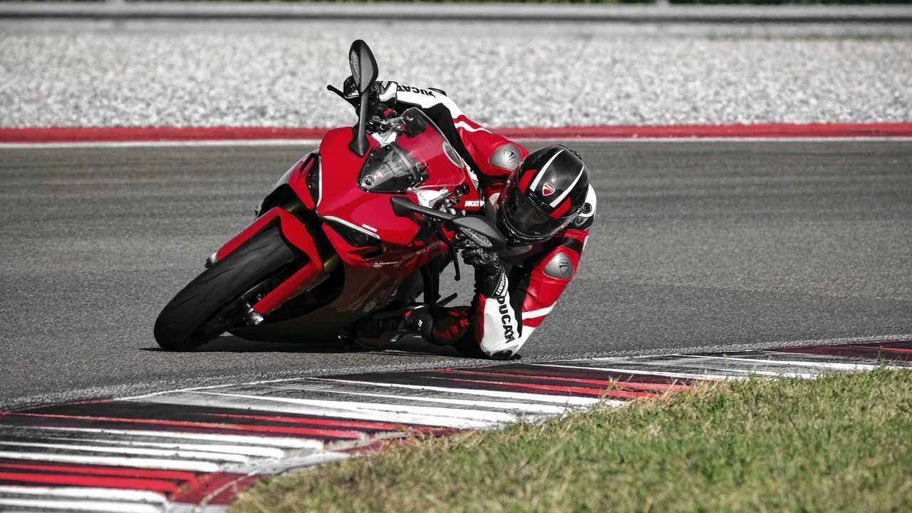2021 Ducati SuperSport 950 S - Ducati Red - Cornering