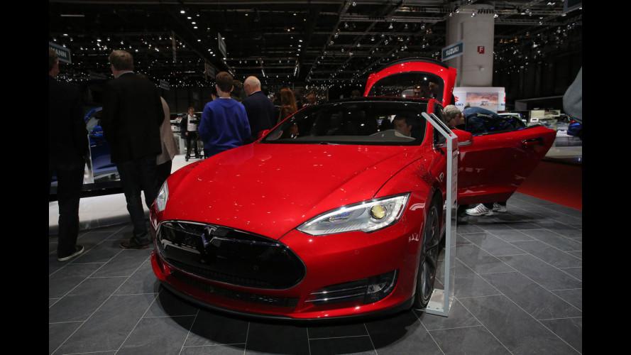 """Salone di Ginevra 2016: Tesla Model X, il SUV """"alare"""" [VIDEO]"""