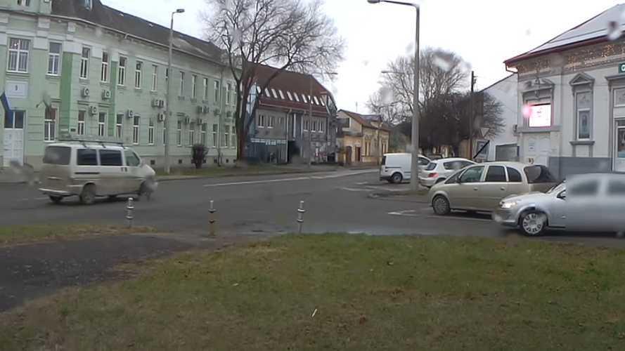 Videó: Unortodox parkolási módot választott egy autós