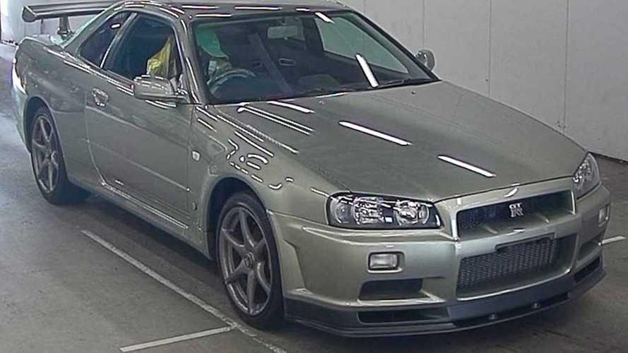 Valaki 95 millió forintot fizetett ezért a keveset futott Nissan R34 GT-R-ért